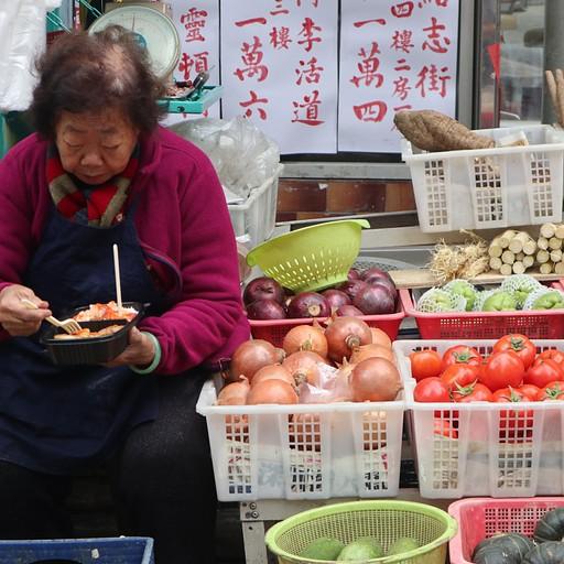 גברת אוכלת צהריים בשוק הנשים