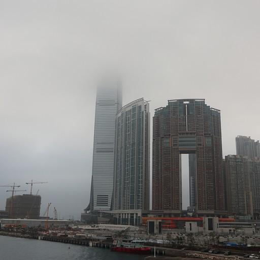בניינים גורדי שחקים. הבניין בעננים הוא מלון ריץ' קרלטון שבקומה העליונה נמצא הבר השני הגבוה בעולם