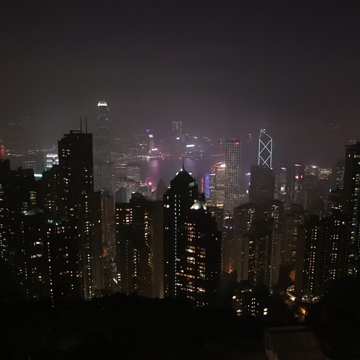 גורדי השחקים של הונג קונג מוארים בלילה מפסגת ויקטוריה