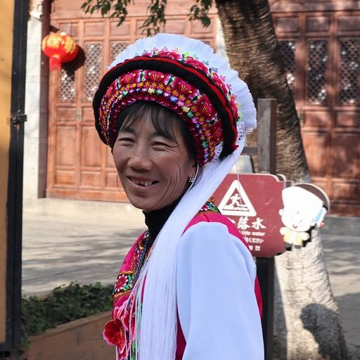 מקומית לבושה בתלבושת המסורתית