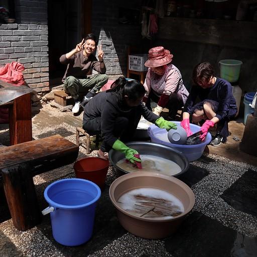 שוטפים כלים במנזר הבודהיסטי בשביל העננים