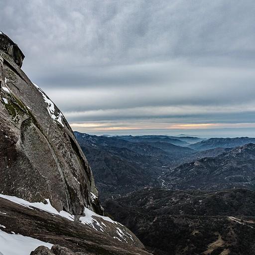 השמש שוקעת תחת שמיכה של עננים - Morro rock
