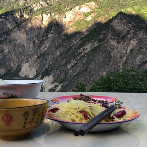 ארוחת ערב על רקע הנוף
