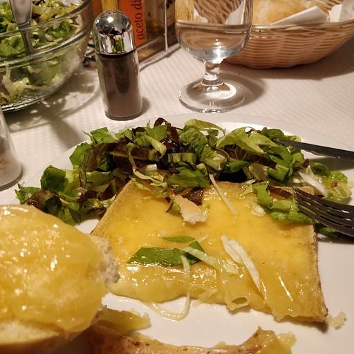 ארוחת הערב בקפנה טריאסטה - מקרוני עם בשר, סטייק גבינה מותכת, וסלט עלים ירוקים מרים מאוד