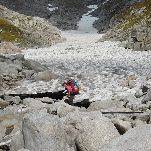 הקרחון הראשון אותו חוצים לפני העלייה הסופית למערה