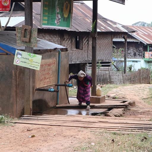 זקנת הכפר, בת 101 ועדיין ממלאה לעצמה מים מהבאר