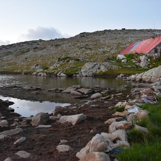 בקתת טבנו אזרו לצד האגם