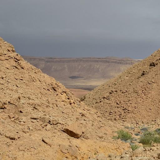 חלקו הצפוני של המכתש מציץ בין השלוחות