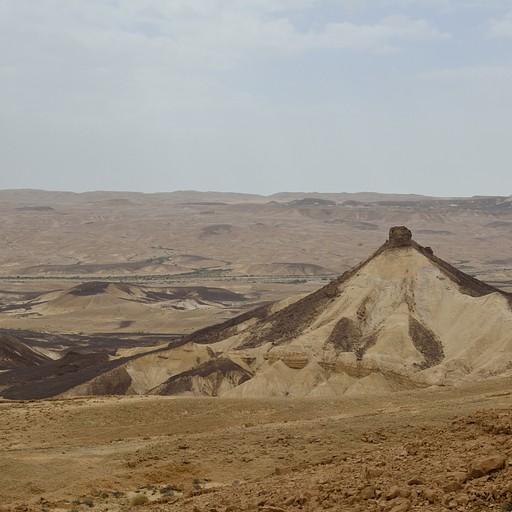 הר פיטם כפי שנראה מהירידה מזקיף רמון