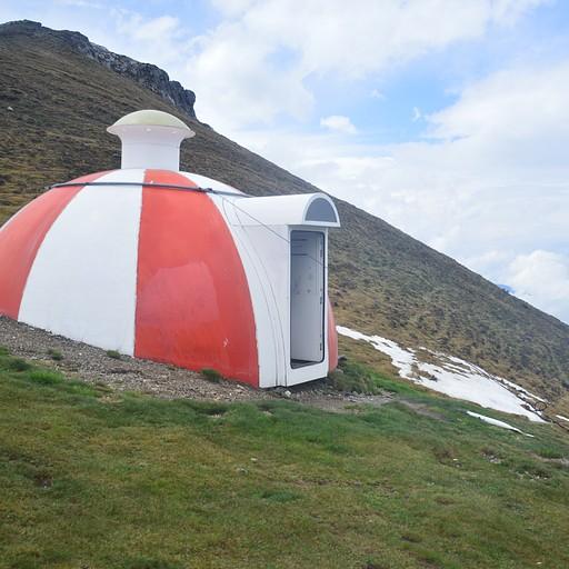 רפיוג'י בהרים. יש סימונים שלהם על המפה ואפשר בכיף לישון בפנים 10 אנשים בלי להירטב מהגשם :)