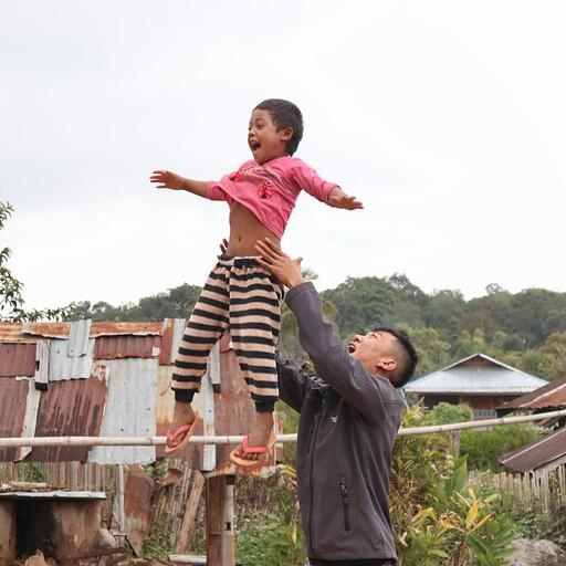 קאם המדריך משחק עם ילדה בבית ספר בכפר שבו עצרנו לצהריים