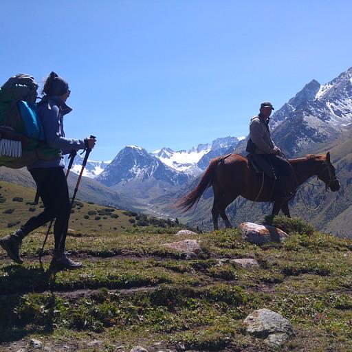 לקראת הטיפוס למעבר Ortok, פגשנו רועה עם סוס ויולה סיכמה איתו שיעלה לנו את התרמילים על מנת שנוכל לטפס במהירות. חסכנו כך שעה וחצי והגענו בזמן ל- Altyn Arashan