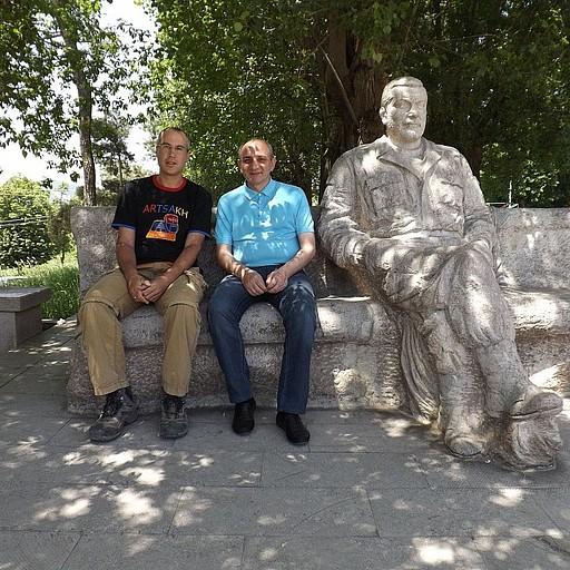 אני יחד עם נשיא נגורנו קראבאך בכיכר העיר שושי סמוך פסלו של ואזגן סרקיזיאן ראש הממשלה לשעבר של ארמניה שנרצח בבניין הפרלמנט בשנת 1999