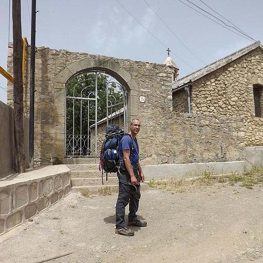 תחילת הטרק בכנסייה שבעיירה האדרוט