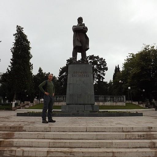 פסלו של סטפאן שהומיאן הניצב בכיכר הנושאת את שמו