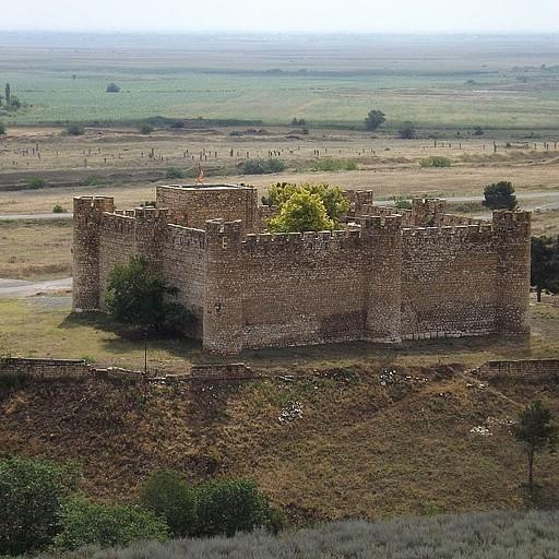 המצודה (ברקע מישורי אזרבייג'אן)