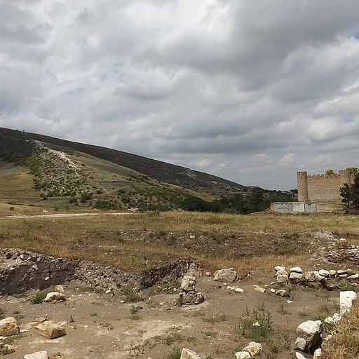 מבט מהבזיליקה, מימין ניתן לראות את המצודה ומשמאל את כנסיית ואנקאסאר