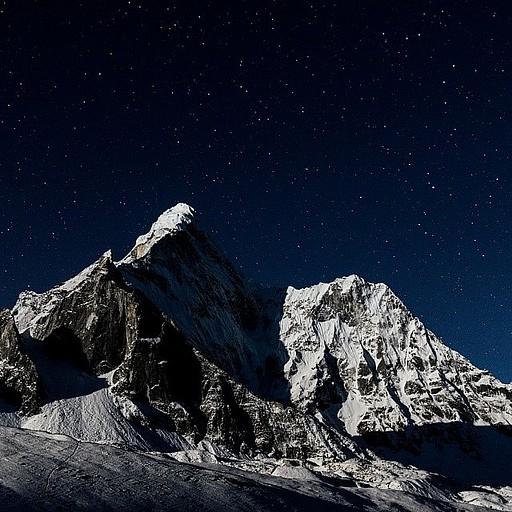 ה- Ama Dablam מככב גם בלילה לאור הירח