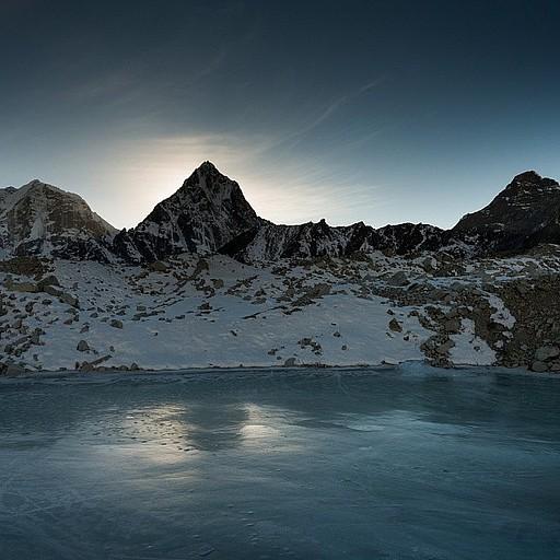 אגם קפוא במרכז הקרחון