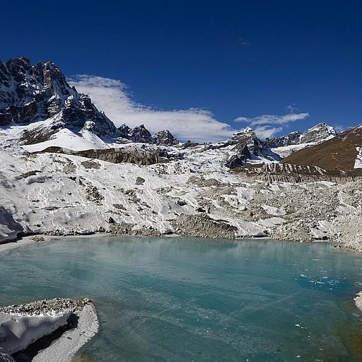 אגם במרכז הקרחון