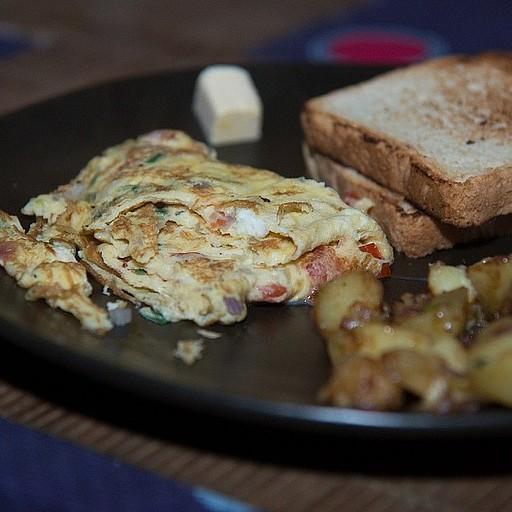 ארוחת בוקר טיפוסית (חביתה, לחם או פנקייק, תפוחי אדמה)