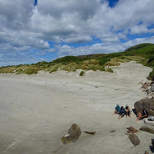 יושבים עם דוקטור לביולוגיה ימית מנורבגיה שפגשנו בחוף