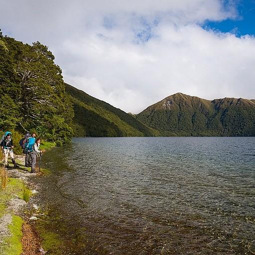 לקראת ההגעה לבקתה - הליכה קצרה על שפת האגם