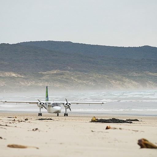 מטוס נוחת לידנו על החוף ומפריע לשנת צהריים בשעתיים מופלאות ללא סנד פליי