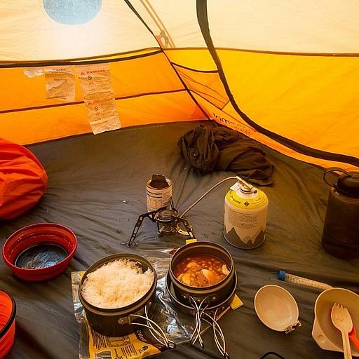 ארוחת ערב בתוך האוהל בגלל הגשם