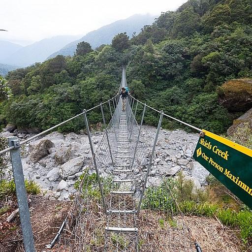 אחד מכמה גשרים ארוכים וצרים, שהם חוויה בפני עצמה לבעלי פחד גבהים