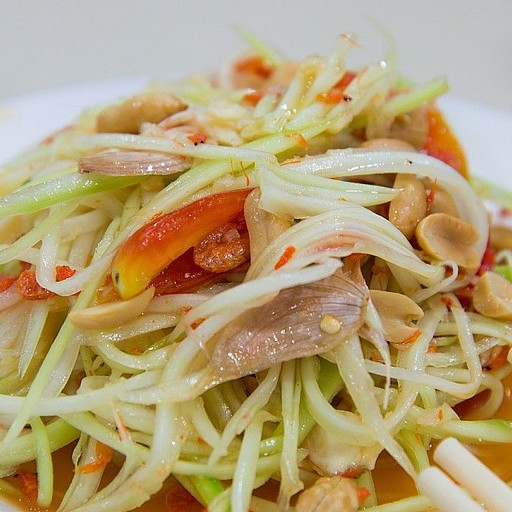 סלט פפאיה תאילנדי אמיתי, עם הרבה מאוד פלפל חריף ובוטנים
