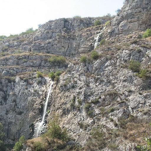 המפלים היורדים מגובה רב בקניון הונות (קרקר)