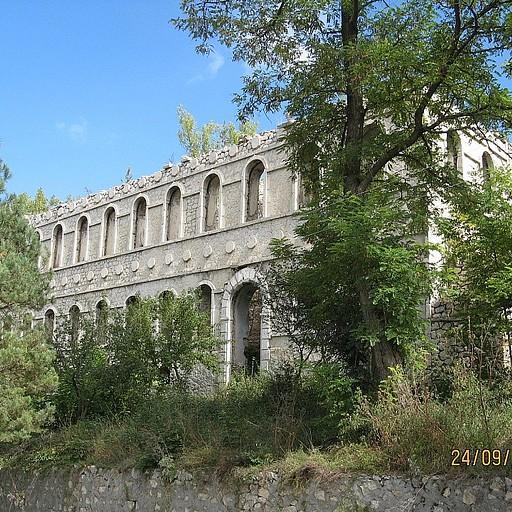 מבנה נטוש סמוך לכיכר העיר שושי