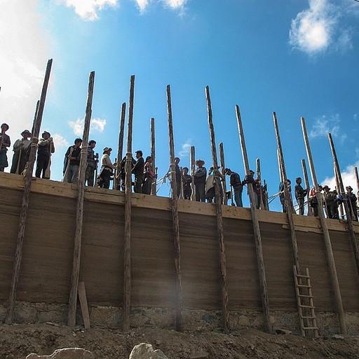 פועלים טיבטים בונים את המנזר