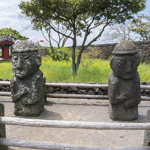 פסלי Harubang מקוריים בכפר Seongeup.