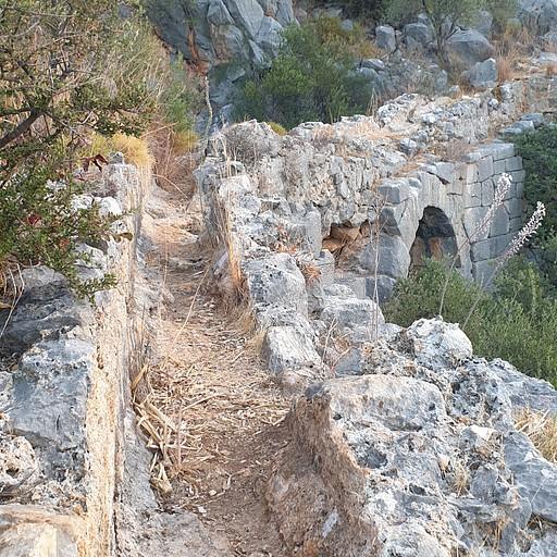 קילומטרים של שרידי תעלת מים עתיקה