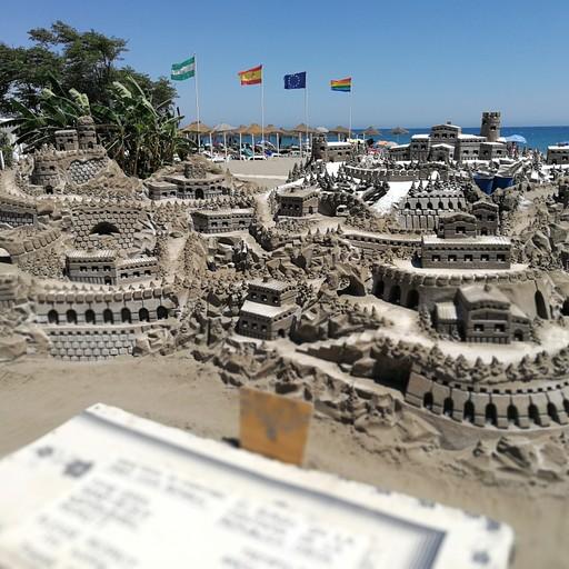בטורמולינוס הייתה תערוכה באחד החופים.