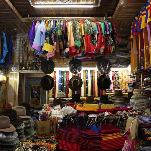 חנות לבגדי נזירים (ושאר דברים טיבטיים) בשיאחה