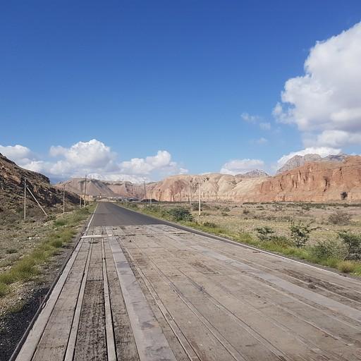 כל הנוף באיזור המעבר מדהים, ולשבת על ארגז של משאית בהחלט הוסיף לאווירה