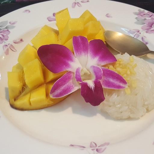 קאו ניאו מאמואנג - הקינוח הקלאסי בתאילנד (אורז דביק ומתוק בחלב קוקוס עם מנגו)