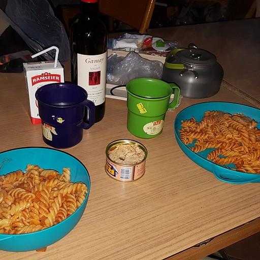 ארוחת ערב בתוך חדר המנוחה המשותף בגלל ערב גשום..