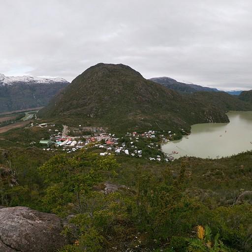 תצפית על הפיורד והעמק באמצע העיירה