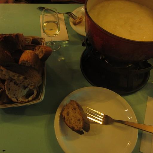 פונדו גבינה מרושע - המסורת מבקשת גם לגרד את תחתית הסיר ולאכול