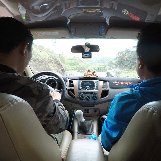 קאי והנהג שלו בג'יפ