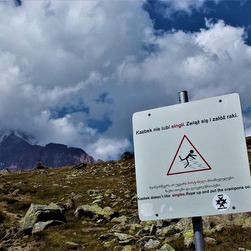 """בשלטים האחרים גם הופיע """"קח מדריך הרים"""""""