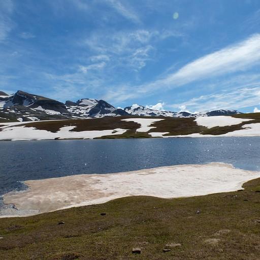 אגם יפהפה אחרי העלייה בתחילת היום