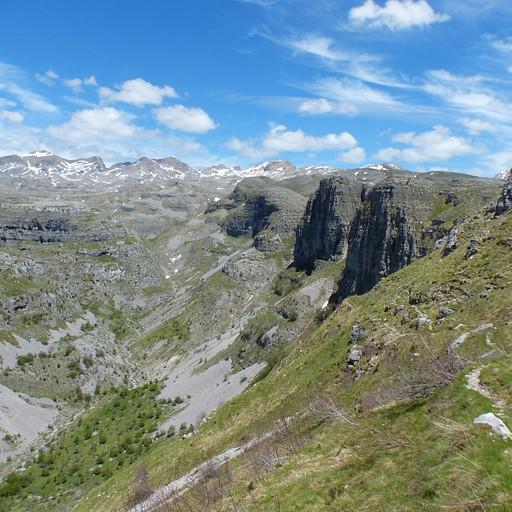 מבט לאחור לקראת סוך ההליכה בנקיק - ניתן לראות בצד ימין את הדרך, שממשיכה לאורך המצוקים ועד להרים המושלגים ברקע