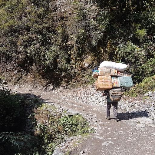 פורטרים בדרך סוחבים ציוד ואספקה אל הכפרים שבשמורה.