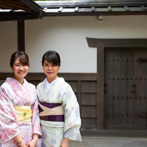 אם ובת לבושות בקימונו מסורתי בכניסה למקדש הכסף