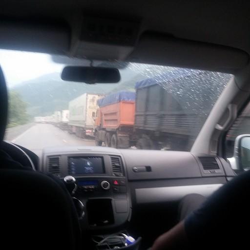 שיירות לא נגמרות של משאיות